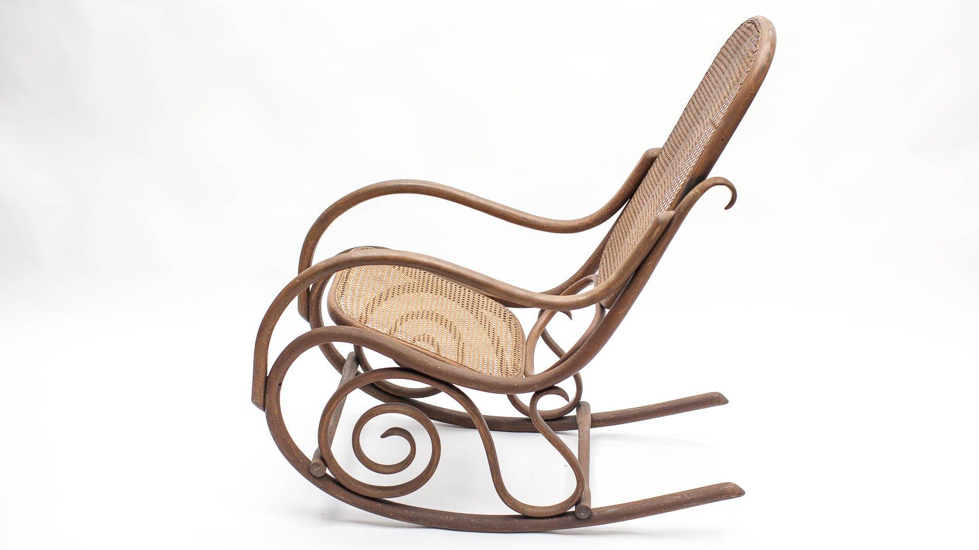 Antiker schaukelstuhl aus rohrgeflecht von michael thonet for Schaukelstuhl auf englisch