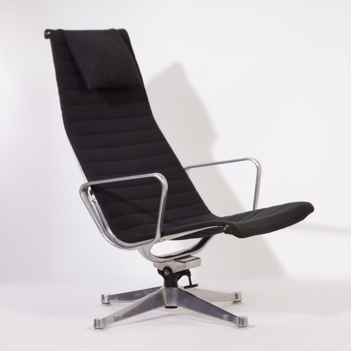 ea124 lounge chair by charles and ray eames for herman miller 1958 for sale at pamono. Black Bedroom Furniture Sets. Home Design Ideas
