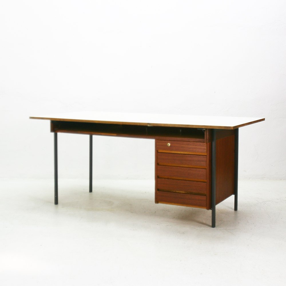 Schwenkbare tischplatte excellent bell classicon marmor for Schreibtisch schwenkbare tischplatte