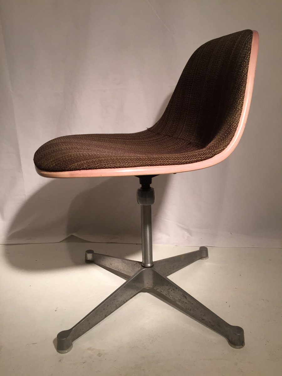 Brauner fiberglas stuhl von charles ray eames f r herman for Brauner stuhl