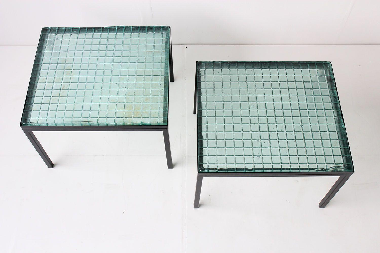 franz sische beistelltische aus glas schwarzem metall. Black Bedroom Furniture Sets. Home Design Ideas