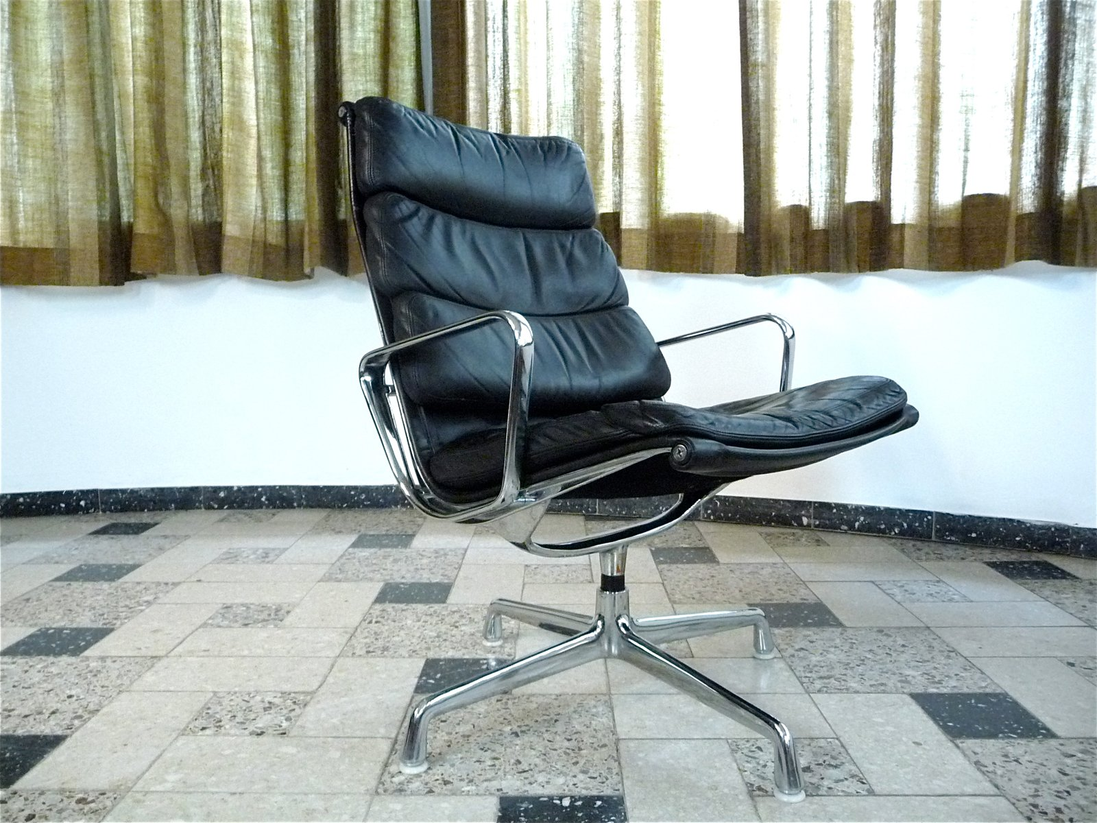 Ea 216 Soft Pad Leather Lounge Chair By Charles Ray