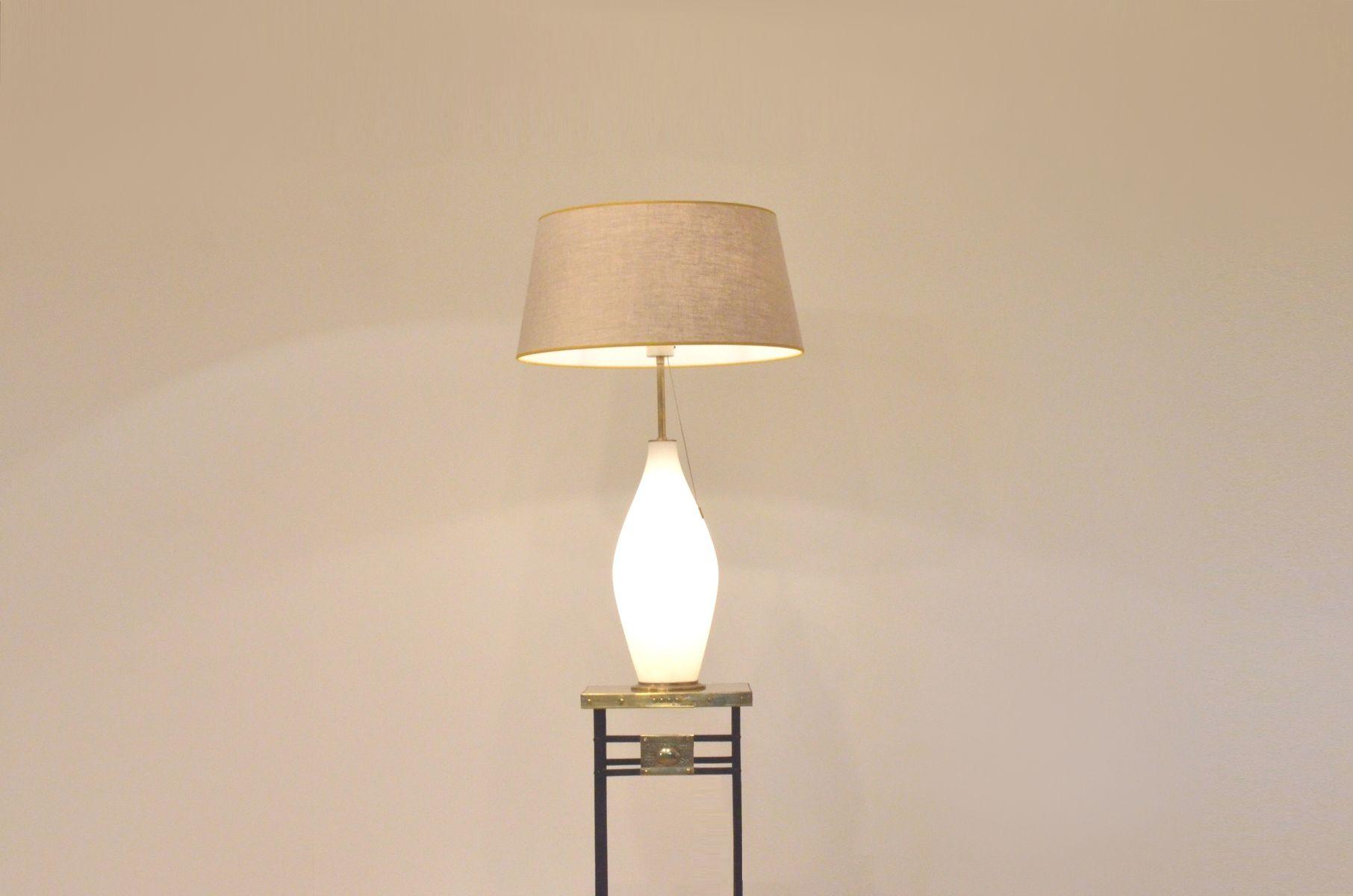 grande lampe de bureau vintage en laiton et en verre opalin de peill putzler en vente sur pamono. Black Bedroom Furniture Sets. Home Design Ideas