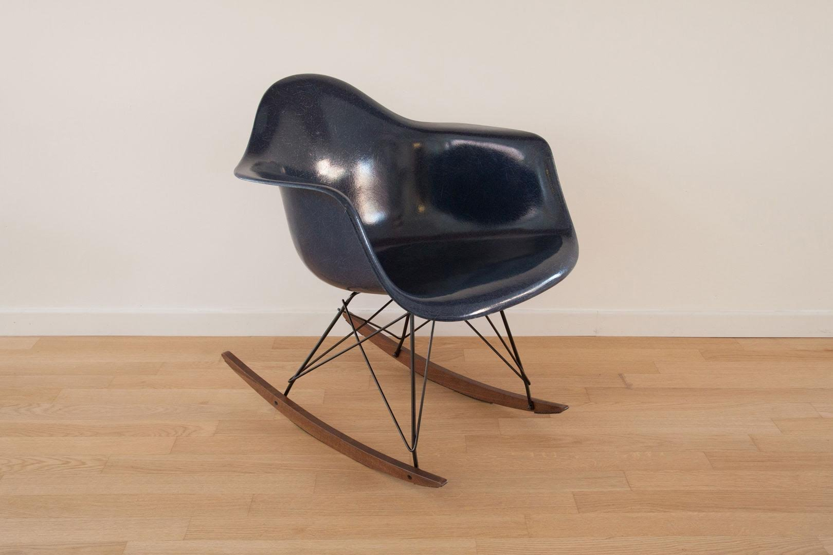 vintage shell rocking chair by charles ray eames for. Black Bedroom Furniture Sets. Home Design Ideas