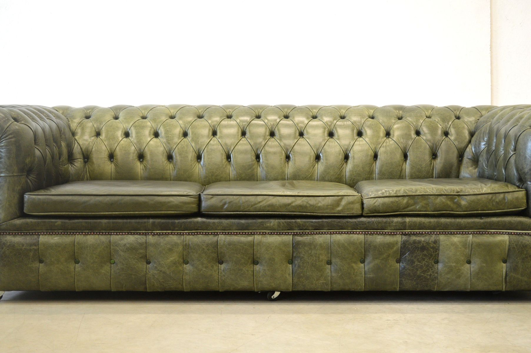 englisches gr nes leder chesterfield sofa 1970er bei pamono kaufen. Black Bedroom Furniture Sets. Home Design Ideas