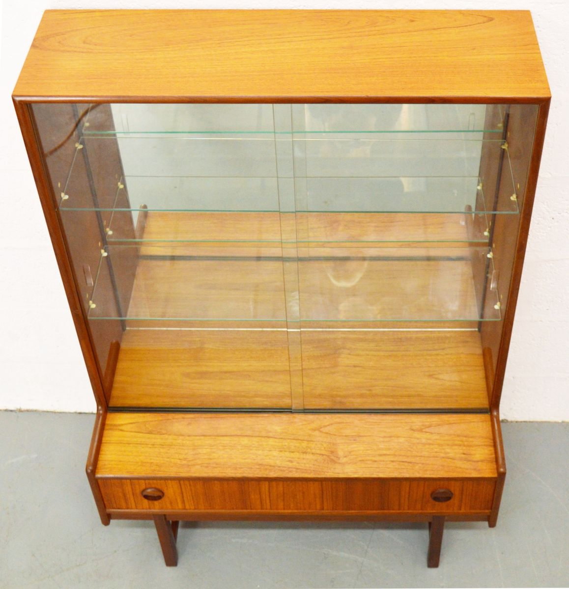 Petit meuble vitrine mid century de turnidge angleterre for Meuble mid century montreal