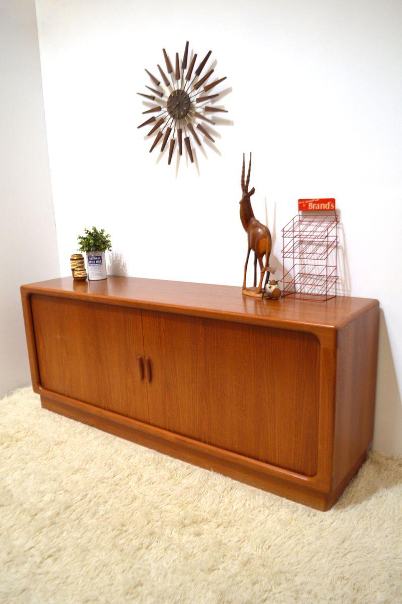 d nisches langes teak sideboard mit rollt ren von dyrlund. Black Bedroom Furniture Sets. Home Design Ideas
