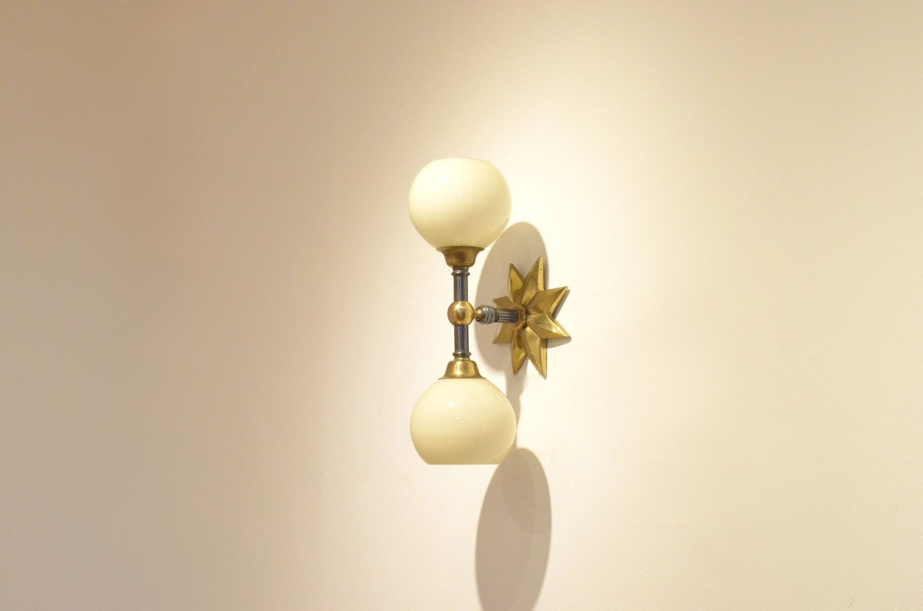 gro e franz sische mid century messing glas stern wandlampe bei pamono kaufen. Black Bedroom Furniture Sets. Home Design Ideas