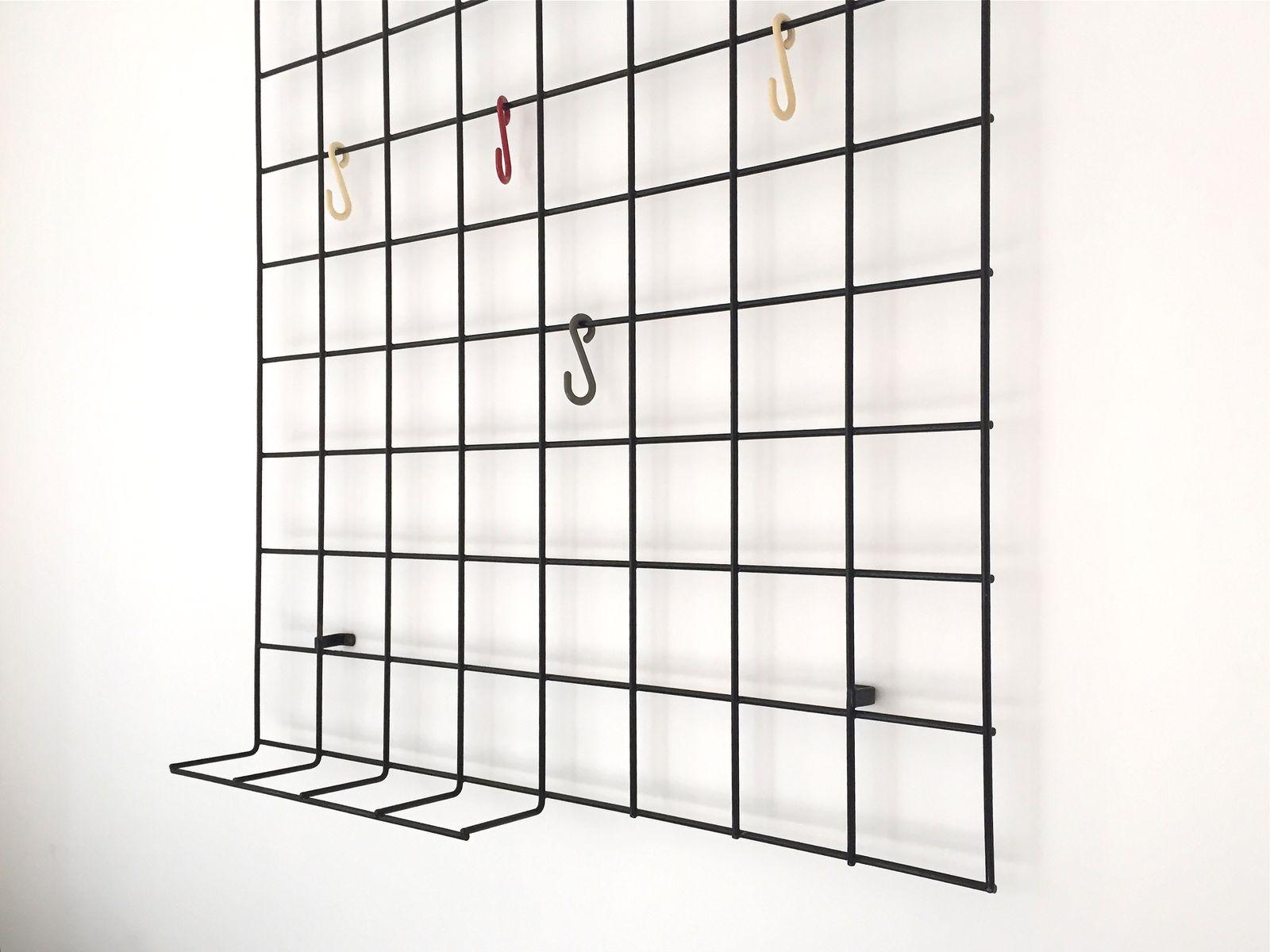 Deutsche garderobe aus geometrischem gitter von karl for Garderobe englisch