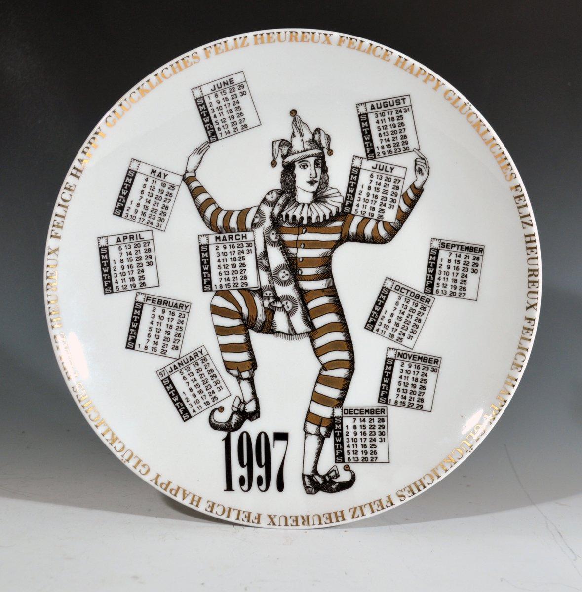 italienischer fornasetti teller mit 1997 jahreskalender von barnaba fornasetti 1996 bei pamono. Black Bedroom Furniture Sets. Home Design Ideas