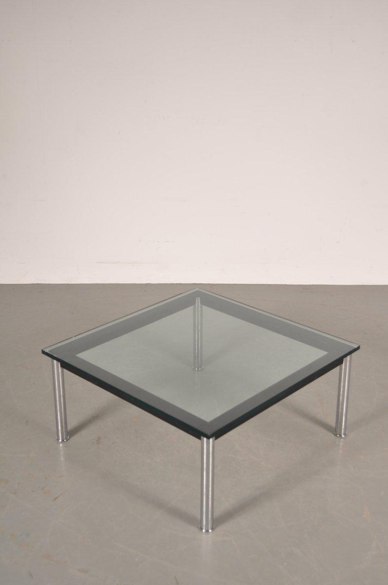 table basse en métal et en verre par le corbusier pour cassina