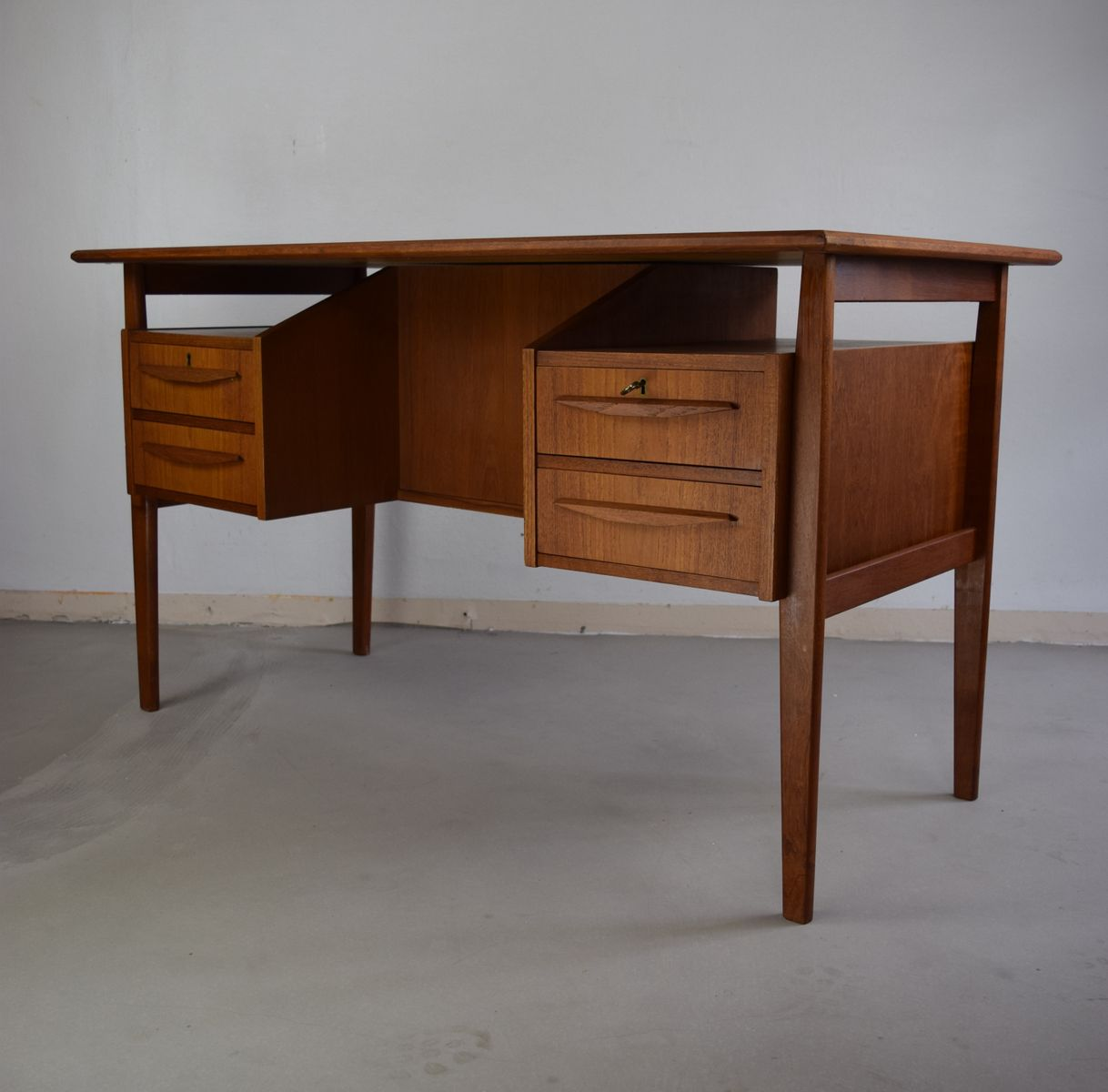 Danish teak floating desk 1960s for sale at pamono for Floating desk for sale