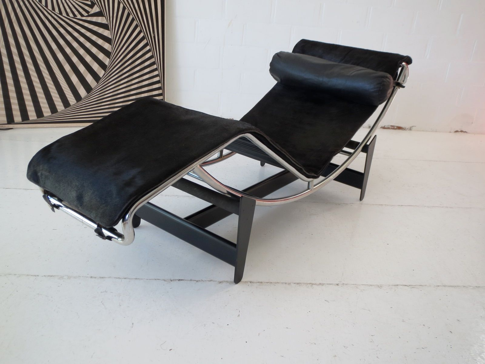Early under 750 numbered lc4 chaise longue by le for Chaise longue le corbusier vache