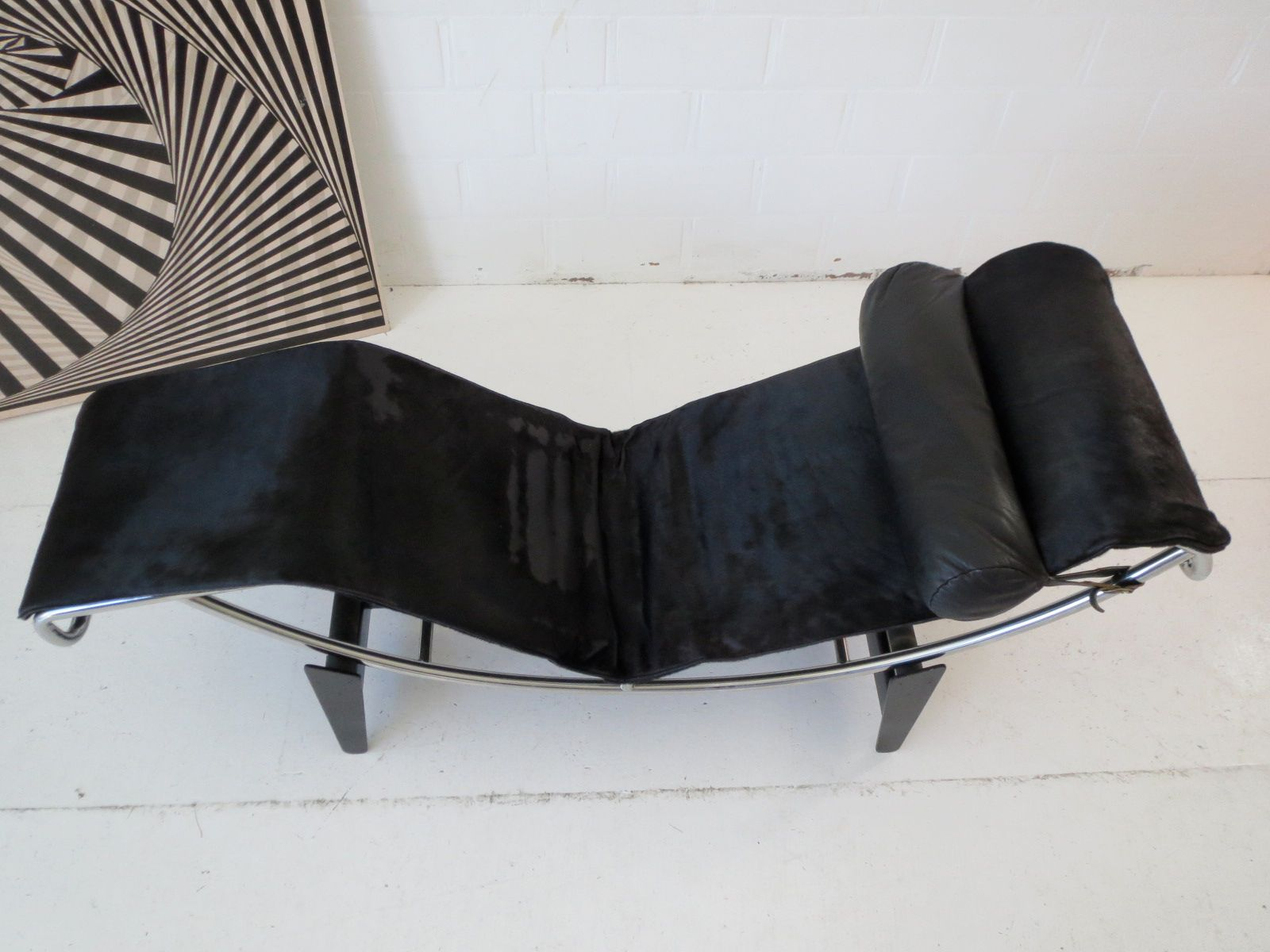 Early under 750 numbered lc4 chaise longue by le for Chaise longue le corbusier wikipedia