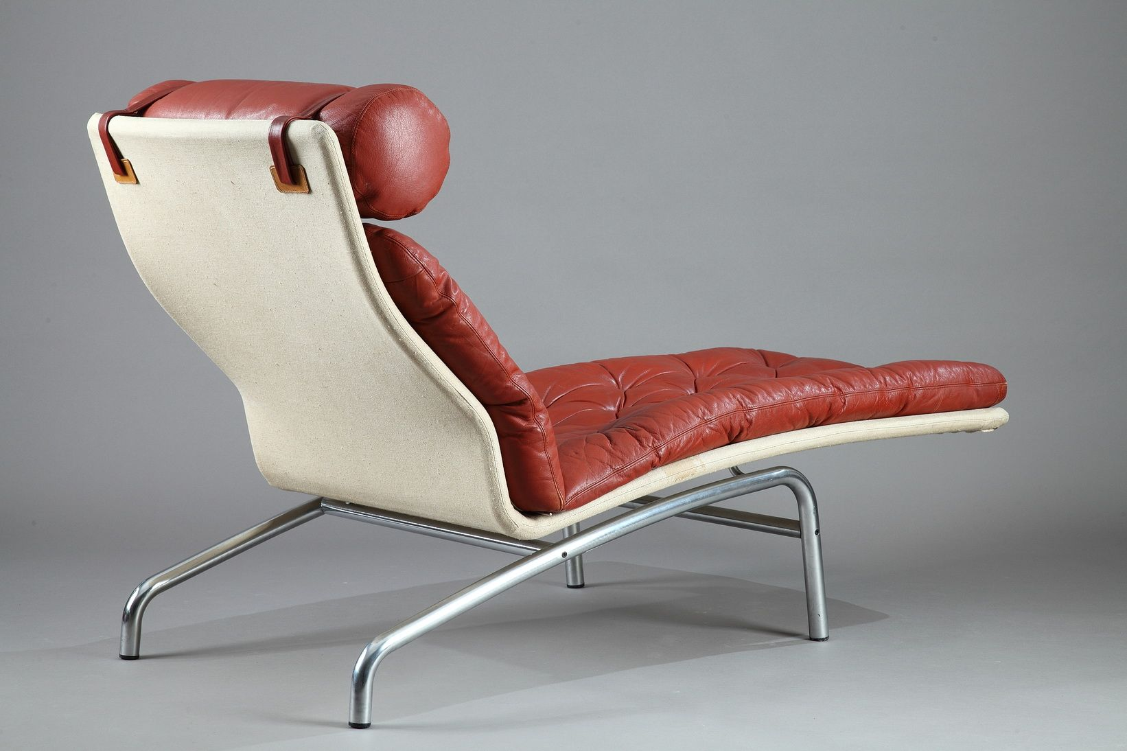 Chaise longue with a mat chromed steel frame and red for Chaise longue frame