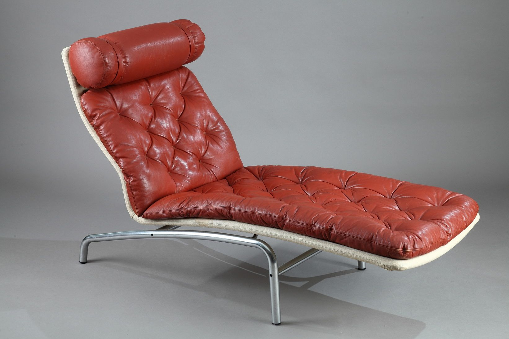 chaise longue with a mat chromed steel frame and red leather by arne vodder for erik j rgensen. Black Bedroom Furniture Sets. Home Design Ideas