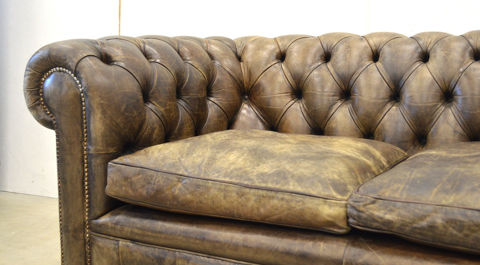 canap chesterfield vintage marron fonc en cuir. Black Bedroom Furniture Sets. Home Design Ideas