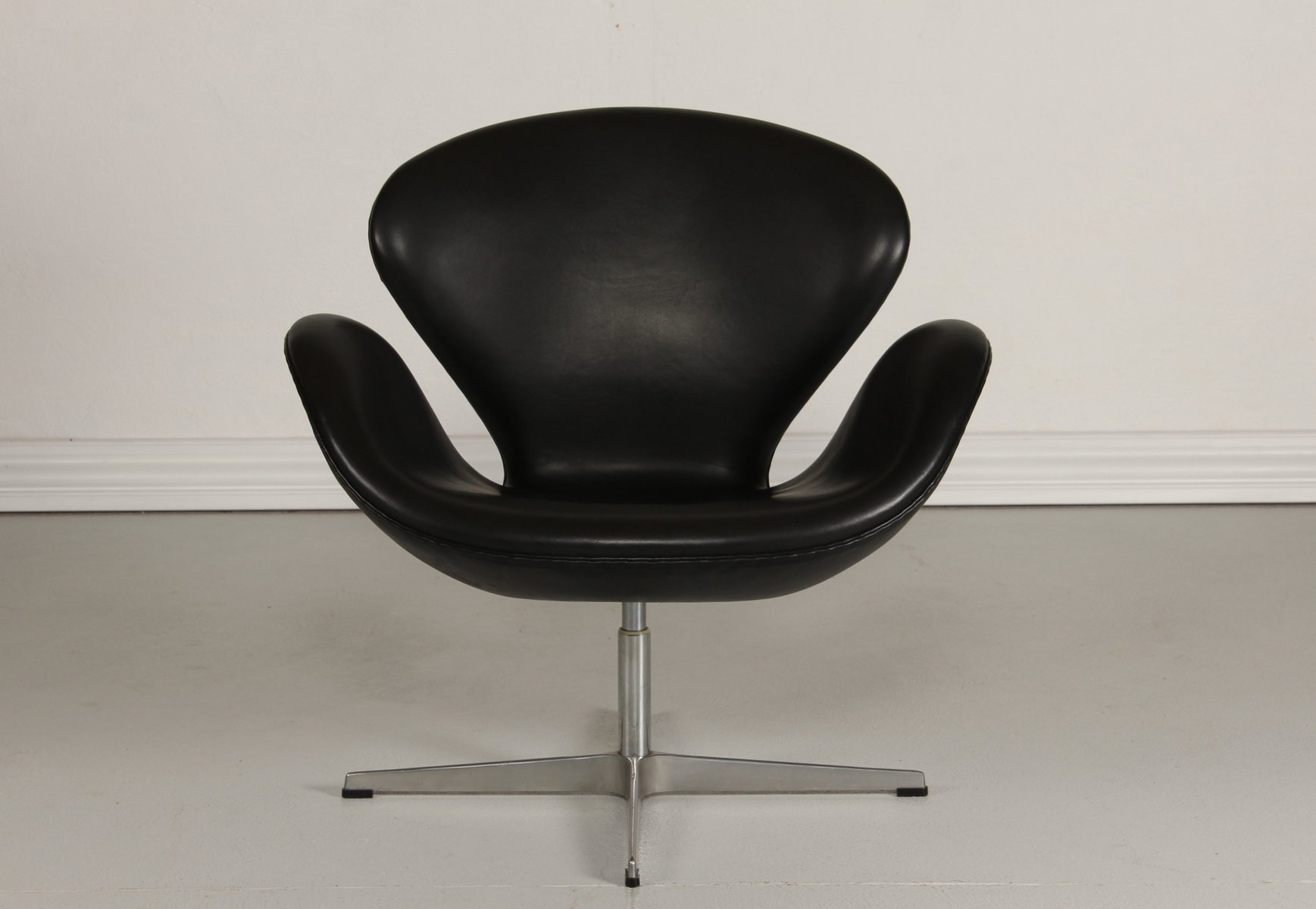 This arne jacobsen swan chair in cognac leather by fritz hansen is no - Black Swan Chair By Arne Jacobsen For Fritz Hansen 1981