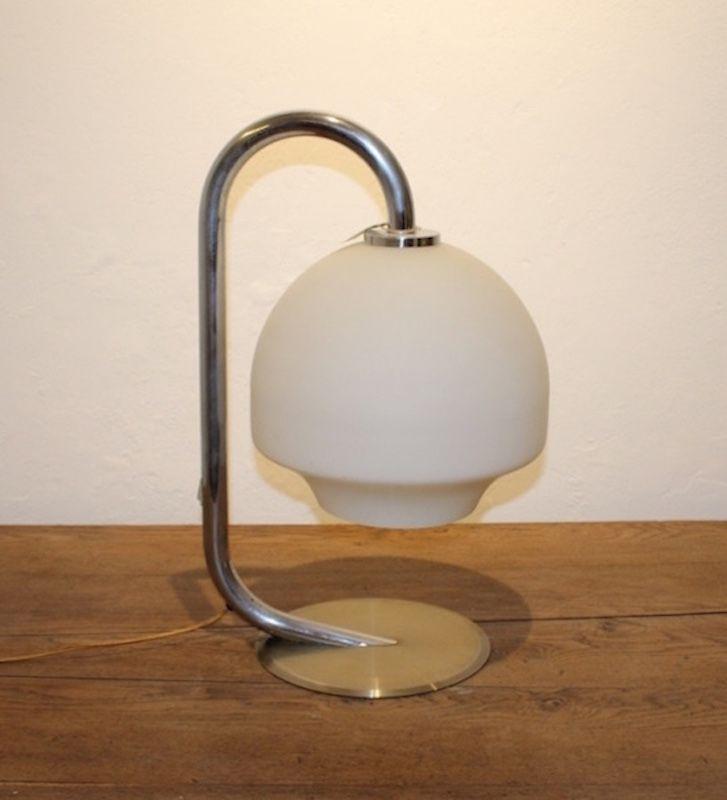 vintage tischlampe aus chrom wei en glas 1970er bei pamono kaufen. Black Bedroom Furniture Sets. Home Design Ideas