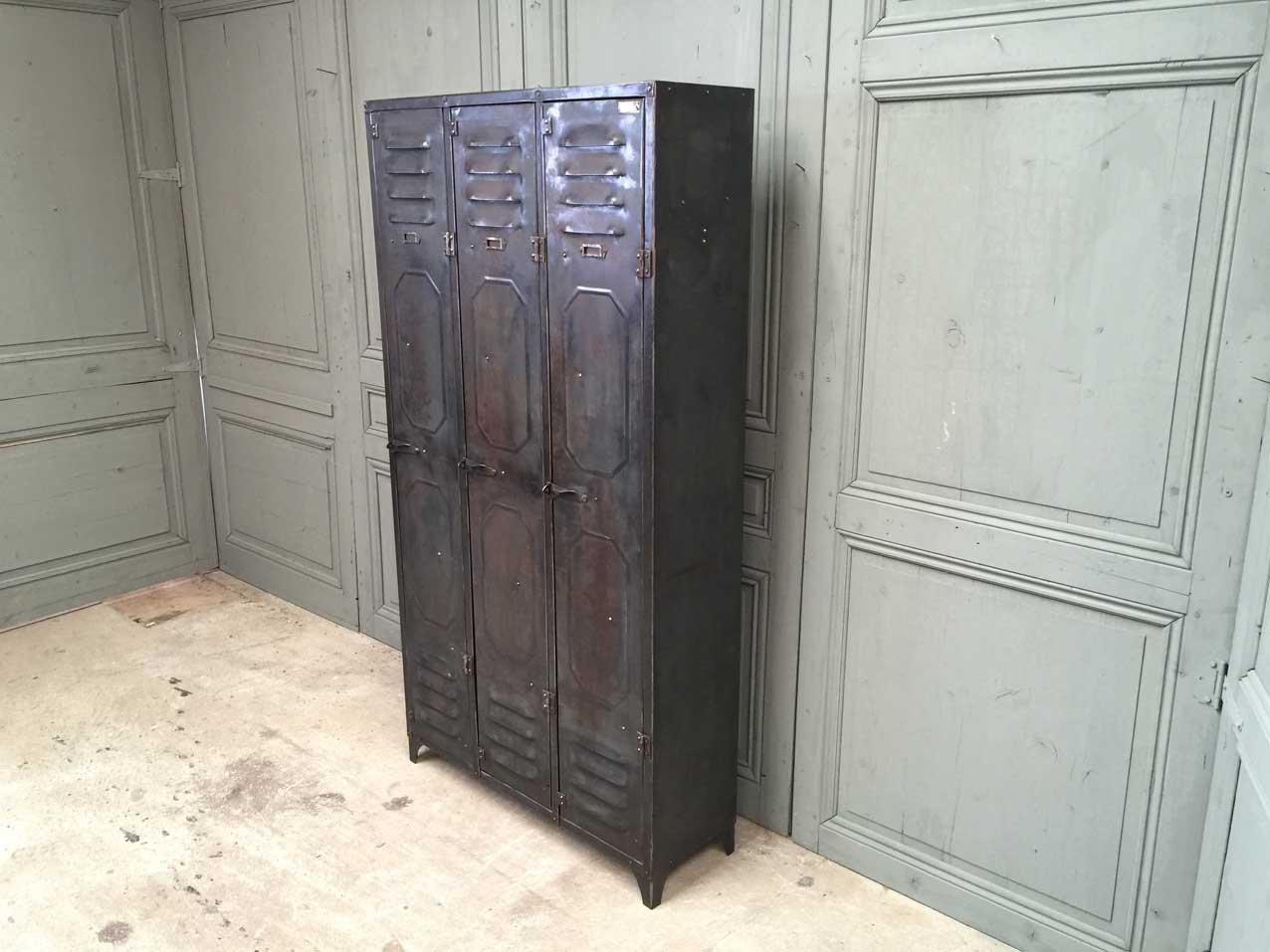 armoire vintage avec verrou et avec trois portes de. Black Bedroom Furniture Sets. Home Design Ideas