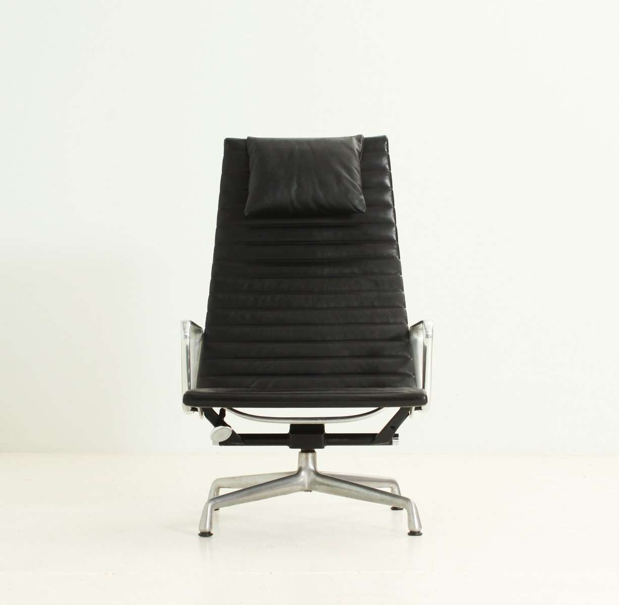 ea124 black leather lounge chair by charles and ray eames 1960s for sale at pamono. Black Bedroom Furniture Sets. Home Design Ideas