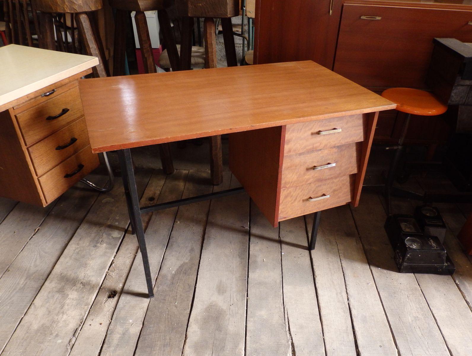 modernistischer schreibtisch mit drei schubladen bei. Black Bedroom Furniture Sets. Home Design Ideas