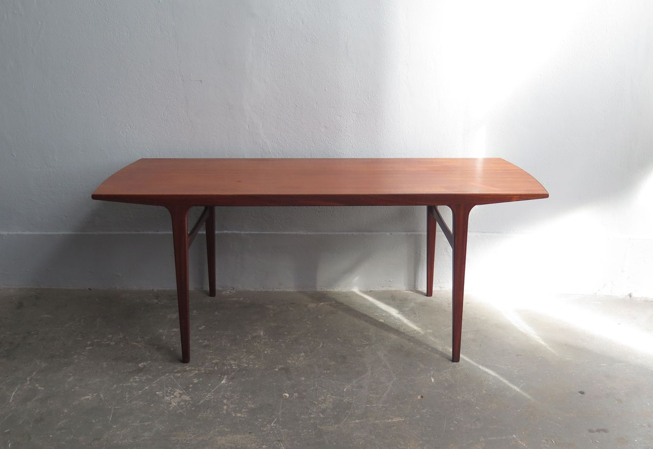 mid-century teak coffee table with rounded edges for sale at pamono