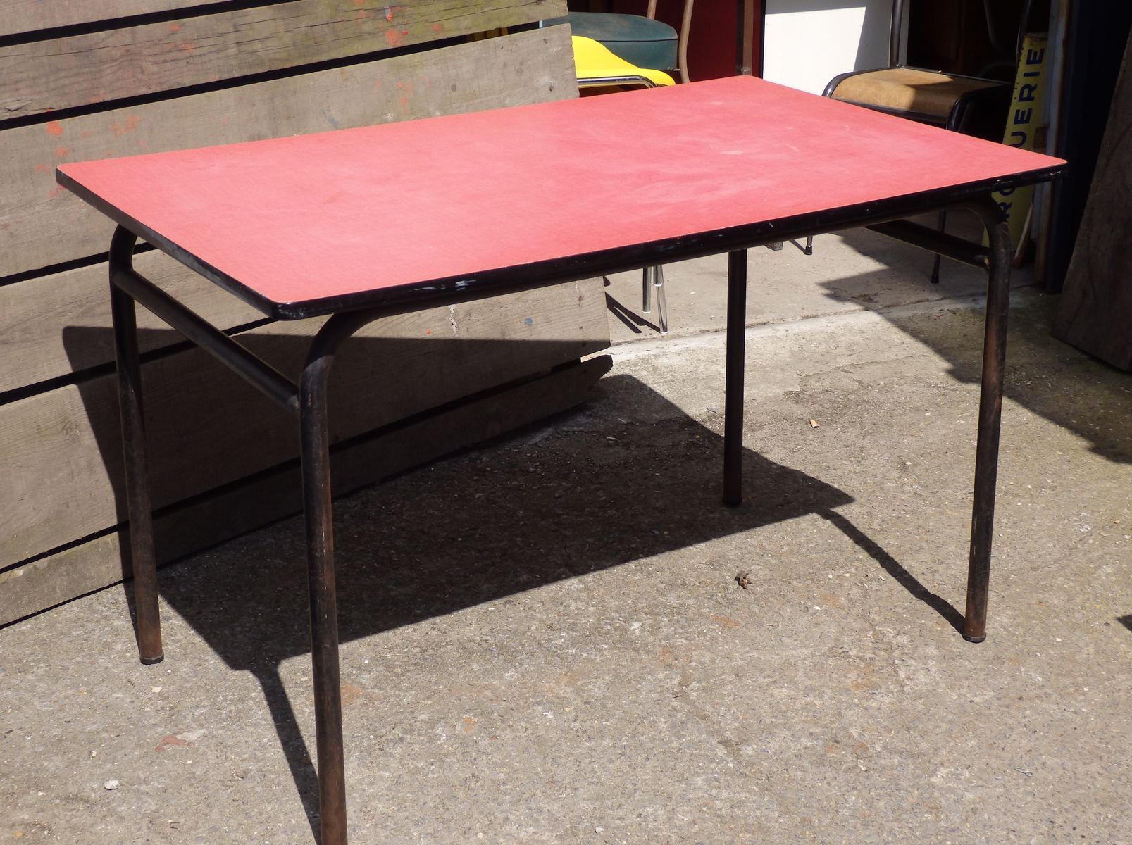 table de cantine rose en formica en vente sur pamono. Black Bedroom Furniture Sets. Home Design Ideas