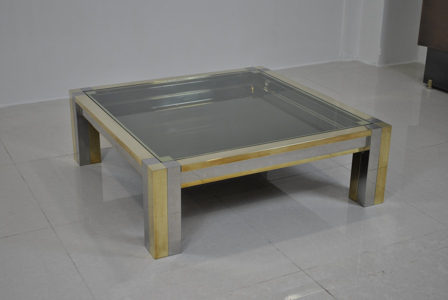 Display tables retail display table subastral alcatel for Wedding dress shadow box for sale