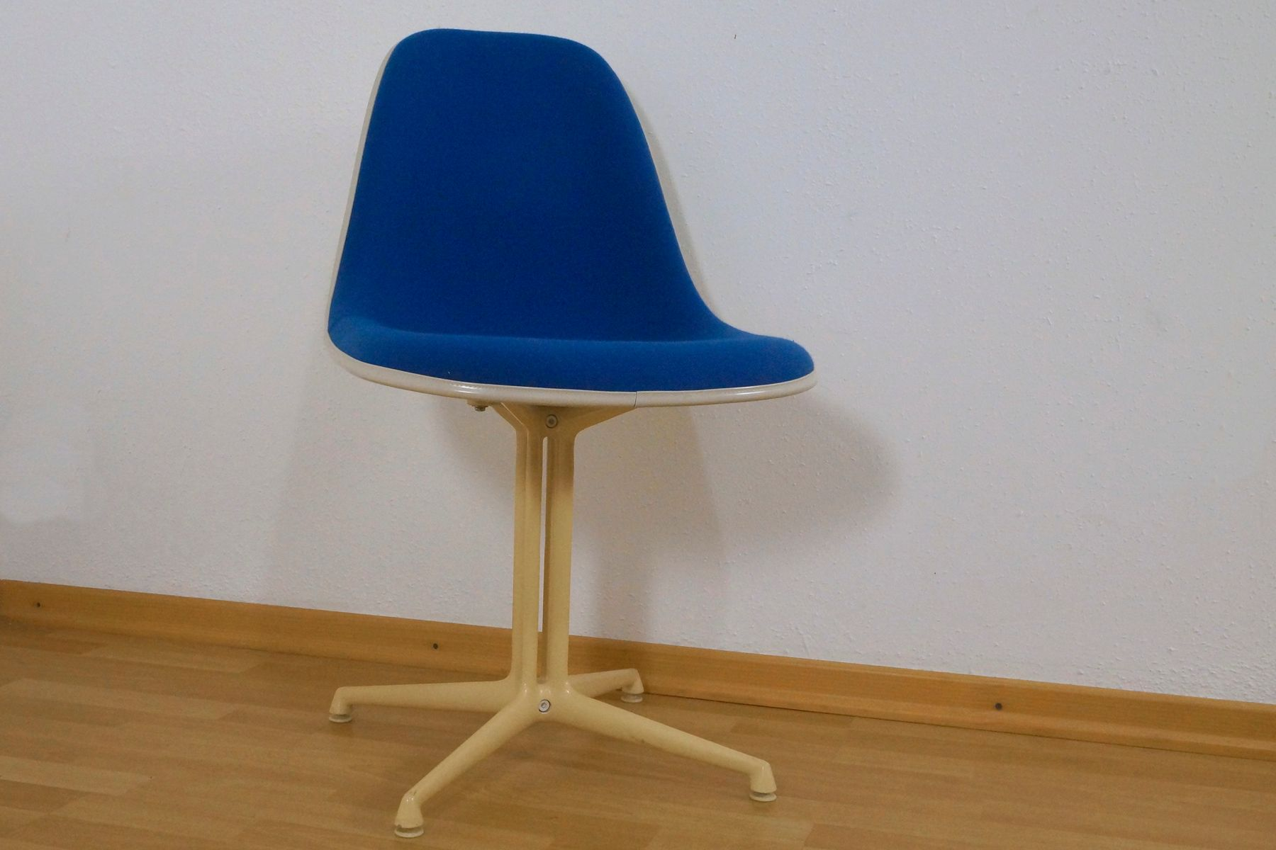 La fonda side chair by charles ray eames for herman for Eames chair deutschland