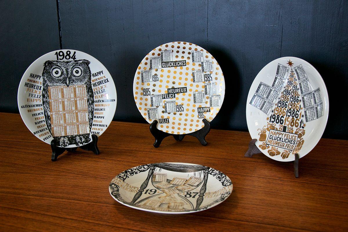 kalender teller von atelier fornasetti 26er set bei. Black Bedroom Furniture Sets. Home Design Ideas