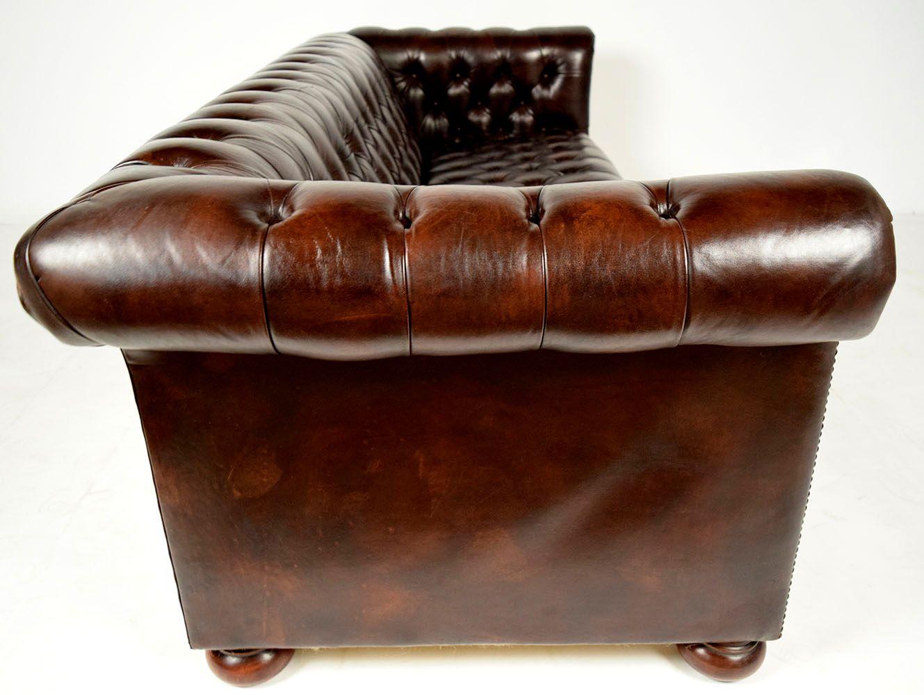 braunes vintage chesterfield ledersofa mit runden f en. Black Bedroom Furniture Sets. Home Design Ideas