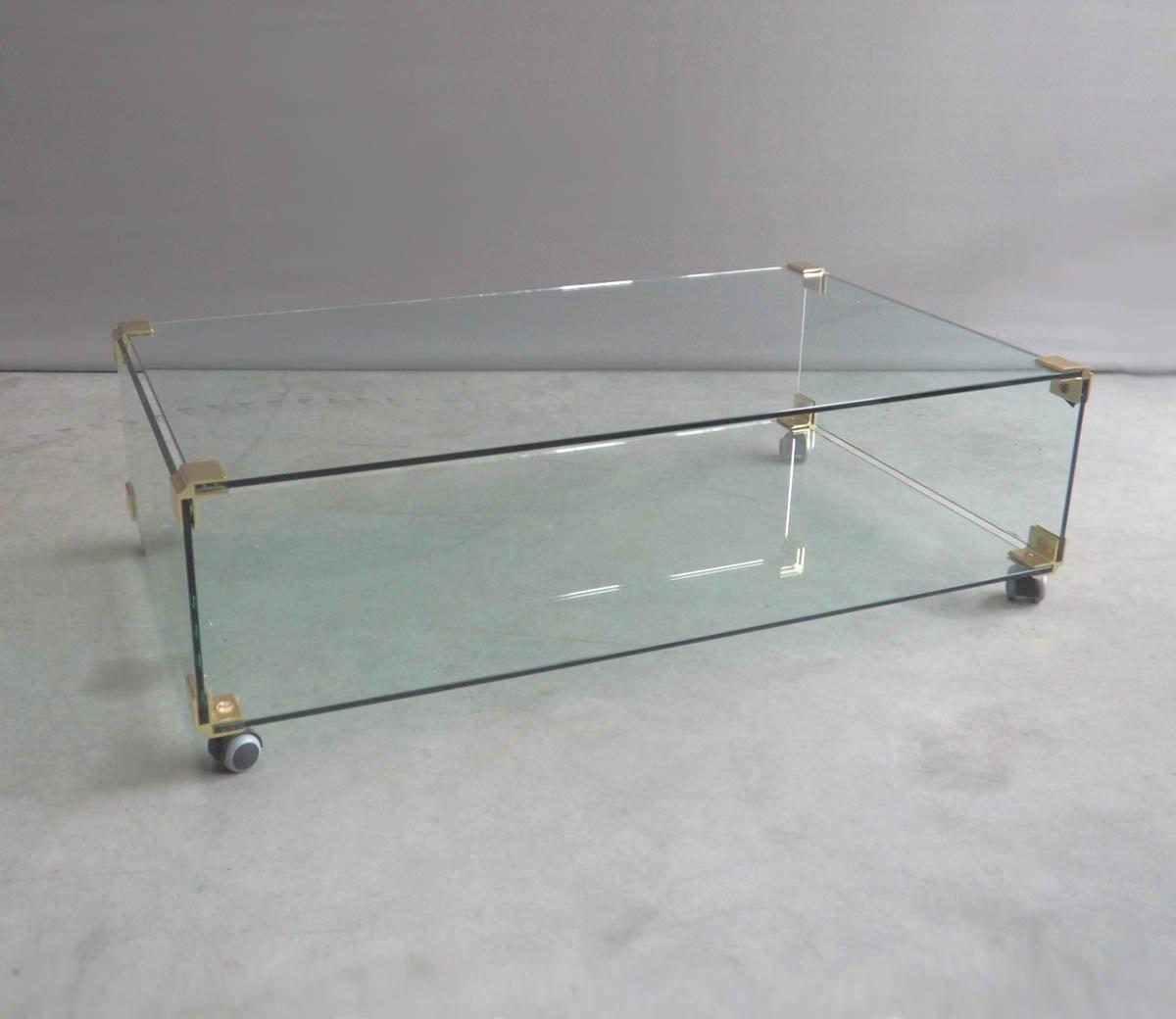 Grande table basse en verre et en laiton sur roulettes for Grande table en verre