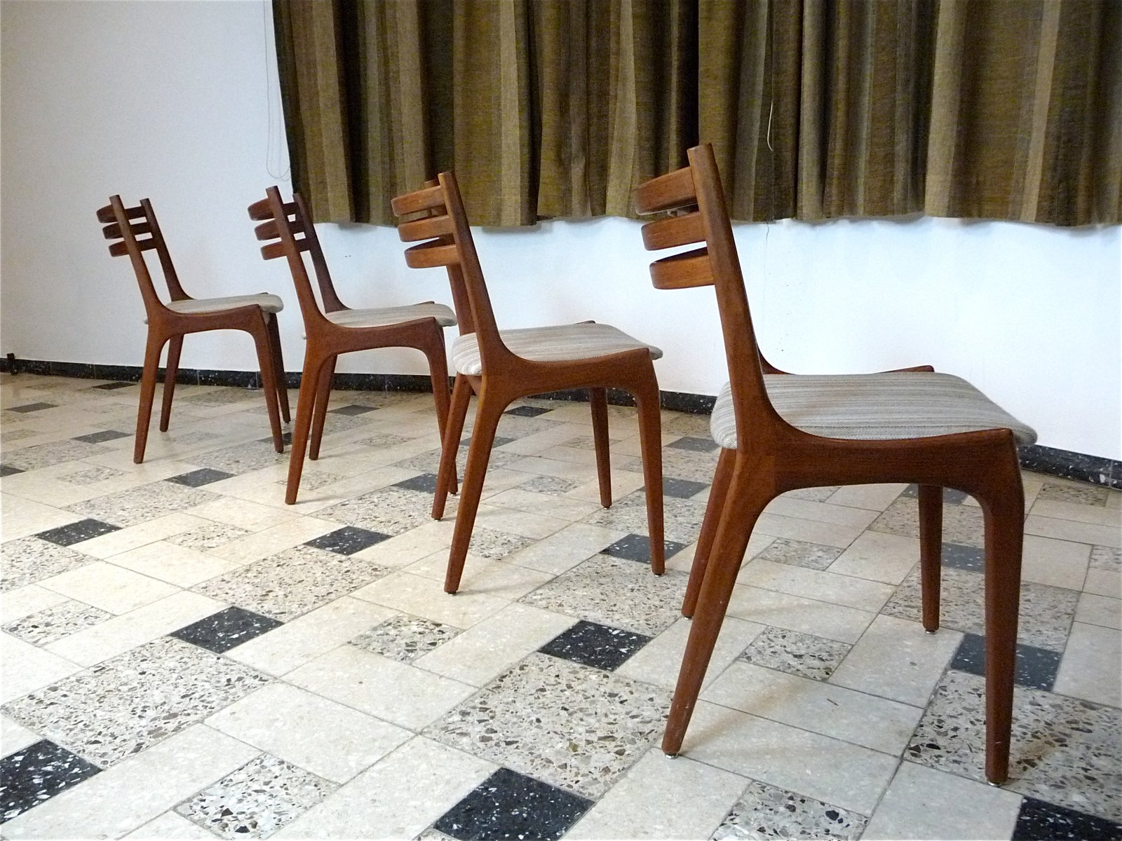 skandinavische teak esszimmerst hle 1960er 4er set bei pamono kaufen. Black Bedroom Furniture Sets. Home Design Ideas