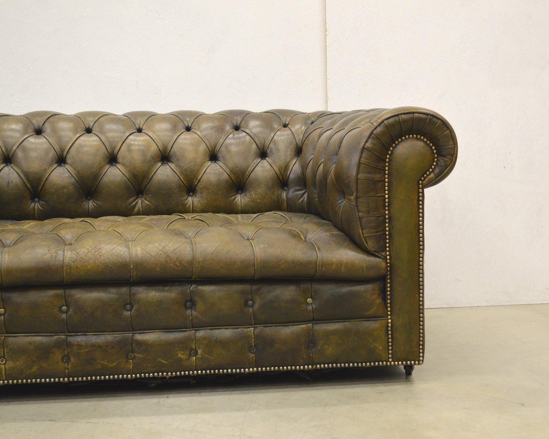 englisches olivgr nes chesterfield zwei sitzer ledersofa 1960er bei pamono kaufen. Black Bedroom Furniture Sets. Home Design Ideas