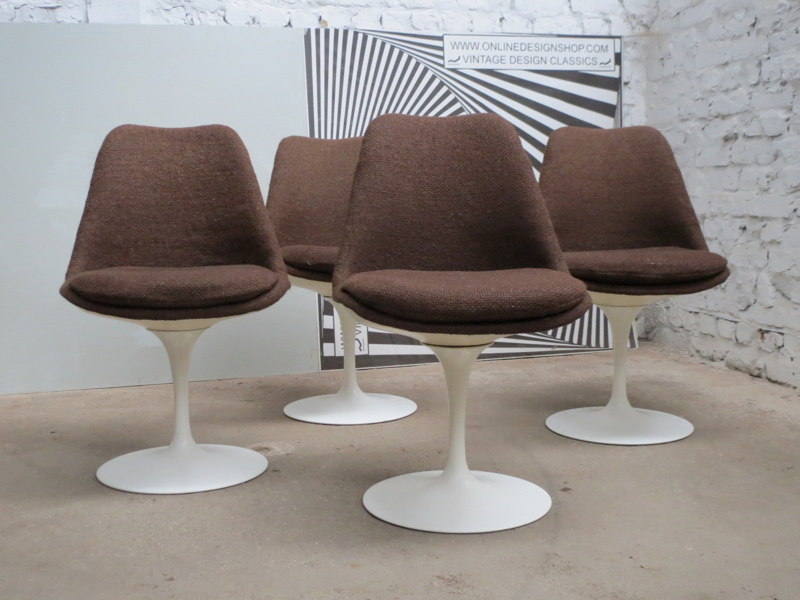 Swivel tulip chairs by eero saarinen for knoll for Eero saarinen tulip armchair