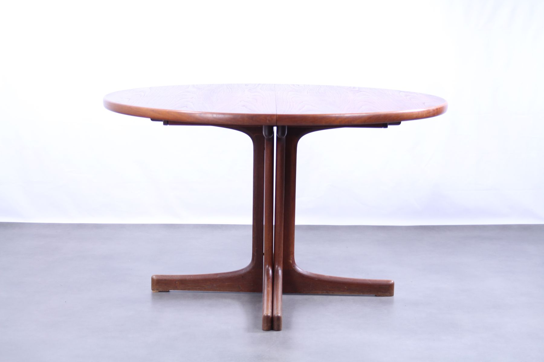 . Vintage Oak Round Dining Table for sale at Pamono