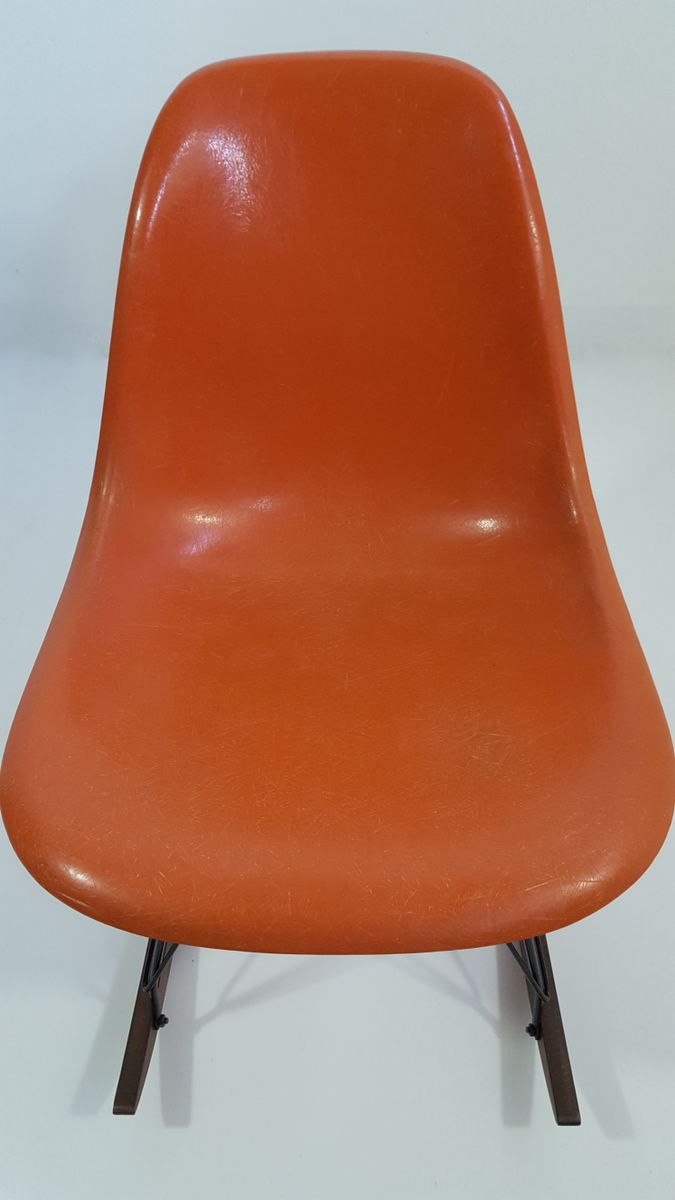 Sedia a dondolo in fibra di vetro arancione di charles for Sedia a dondolo eames vitra