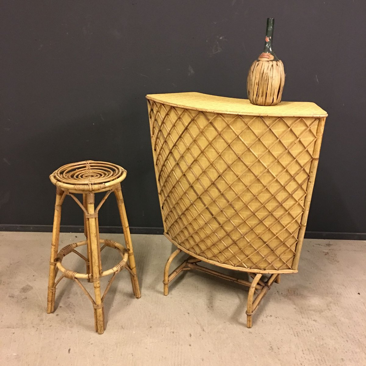 meuble de bar tiki vintage en bambou avec tabouret 1950s en vente sur pamono. Black Bedroom Furniture Sets. Home Design Ideas