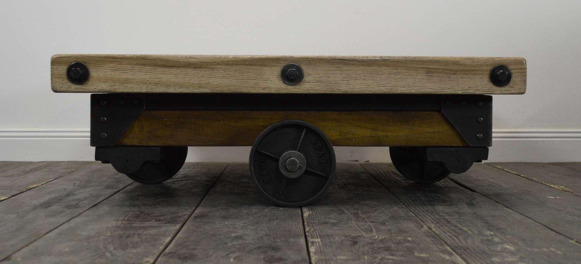 Genieteter Vintage Industrie Couchtisch aus Holz & Metall  -> Couchtisch Holz Industrie