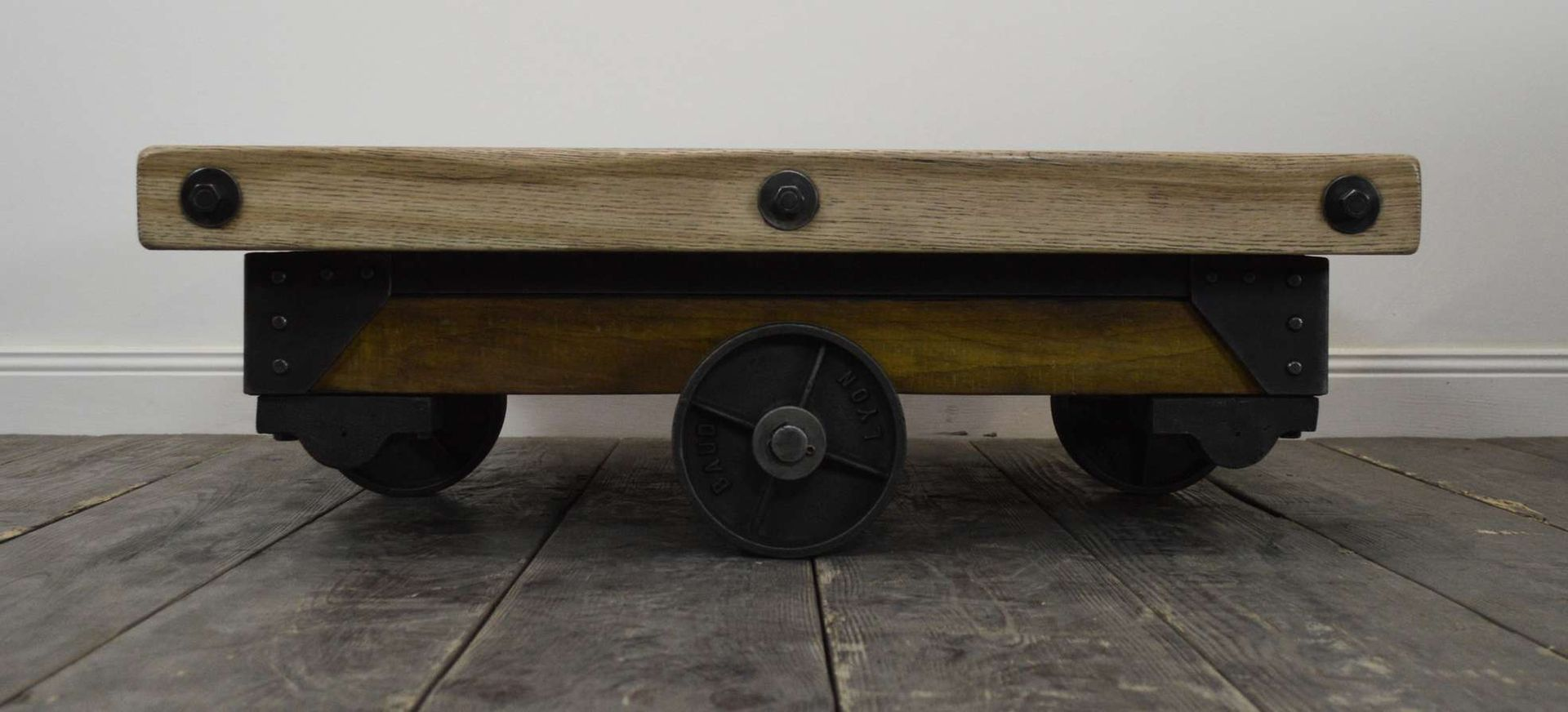 Table basse industrielle rivet e en bois et en m tal en for Table basse industrielle metal et bois