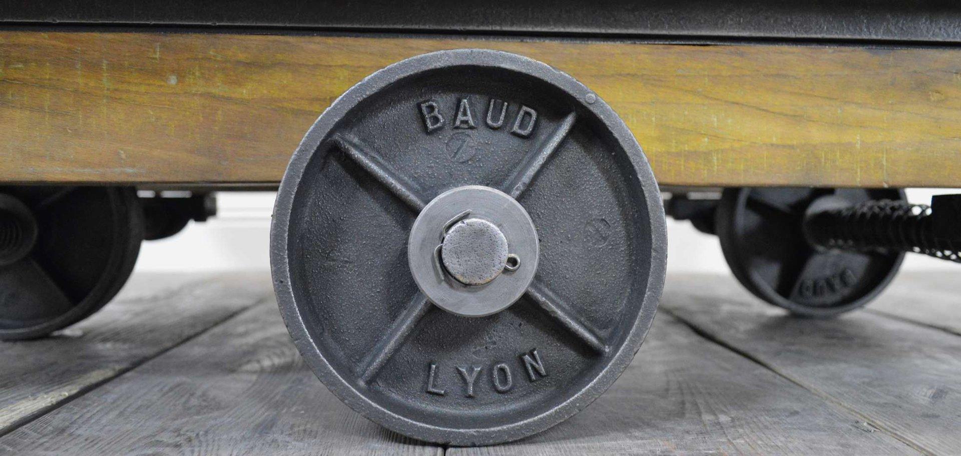 Genieteter Vintage Industrie Couchtisch aus Holz & Metall bei ...