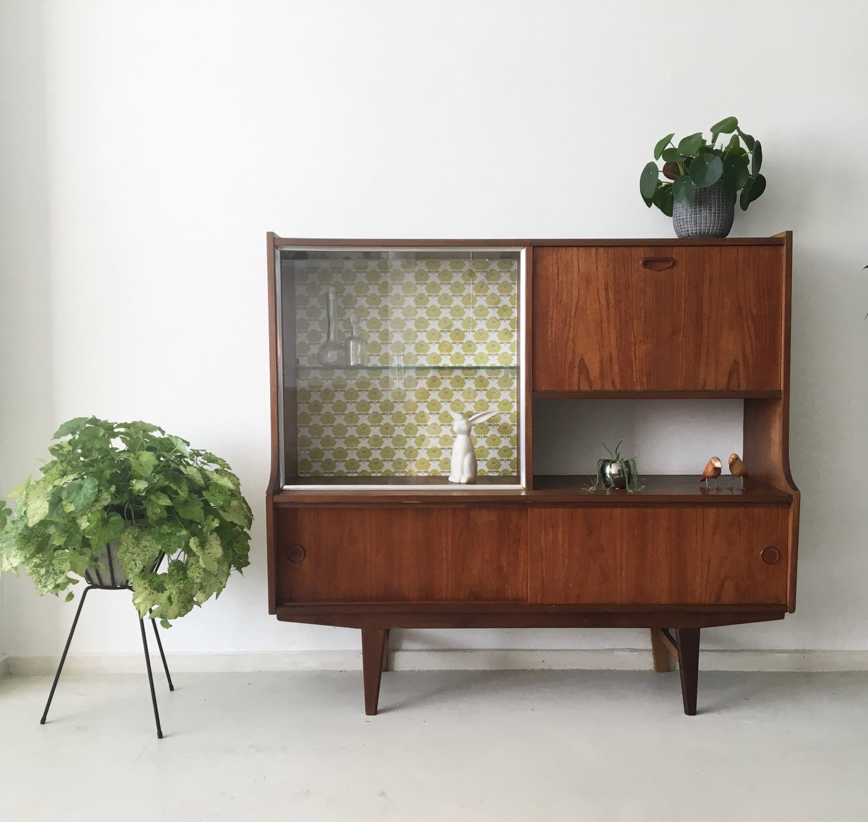 niederl ndisches mid century teak highboard mit vintage tapete bei pamono kaufen. Black Bedroom Furniture Sets. Home Design Ideas