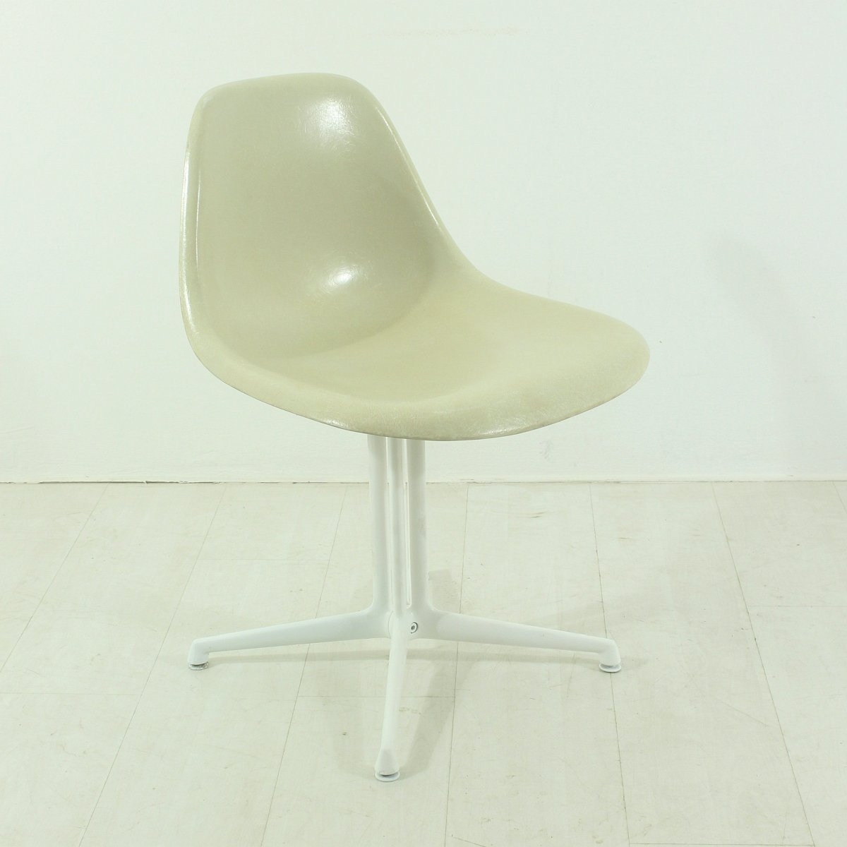 Chaise la fonda blanche par charles and ray eames pour for La chaise blanche