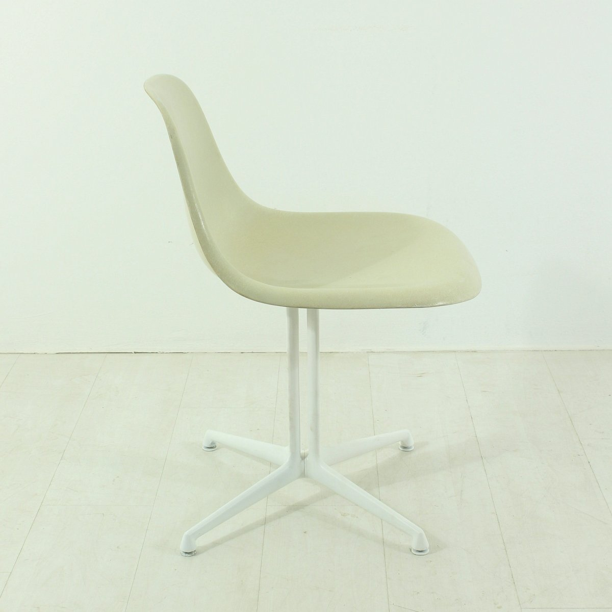 Chaise la fonda blanche par charles and ray eames pour for Soldes vitra
