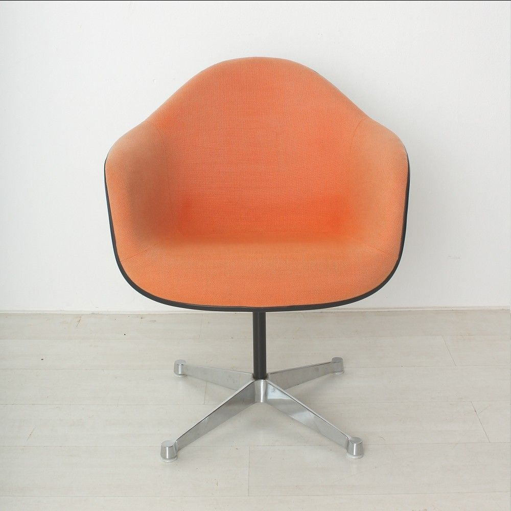 Orange roter vintage sessel von charles ray eames f r for Roter sessel