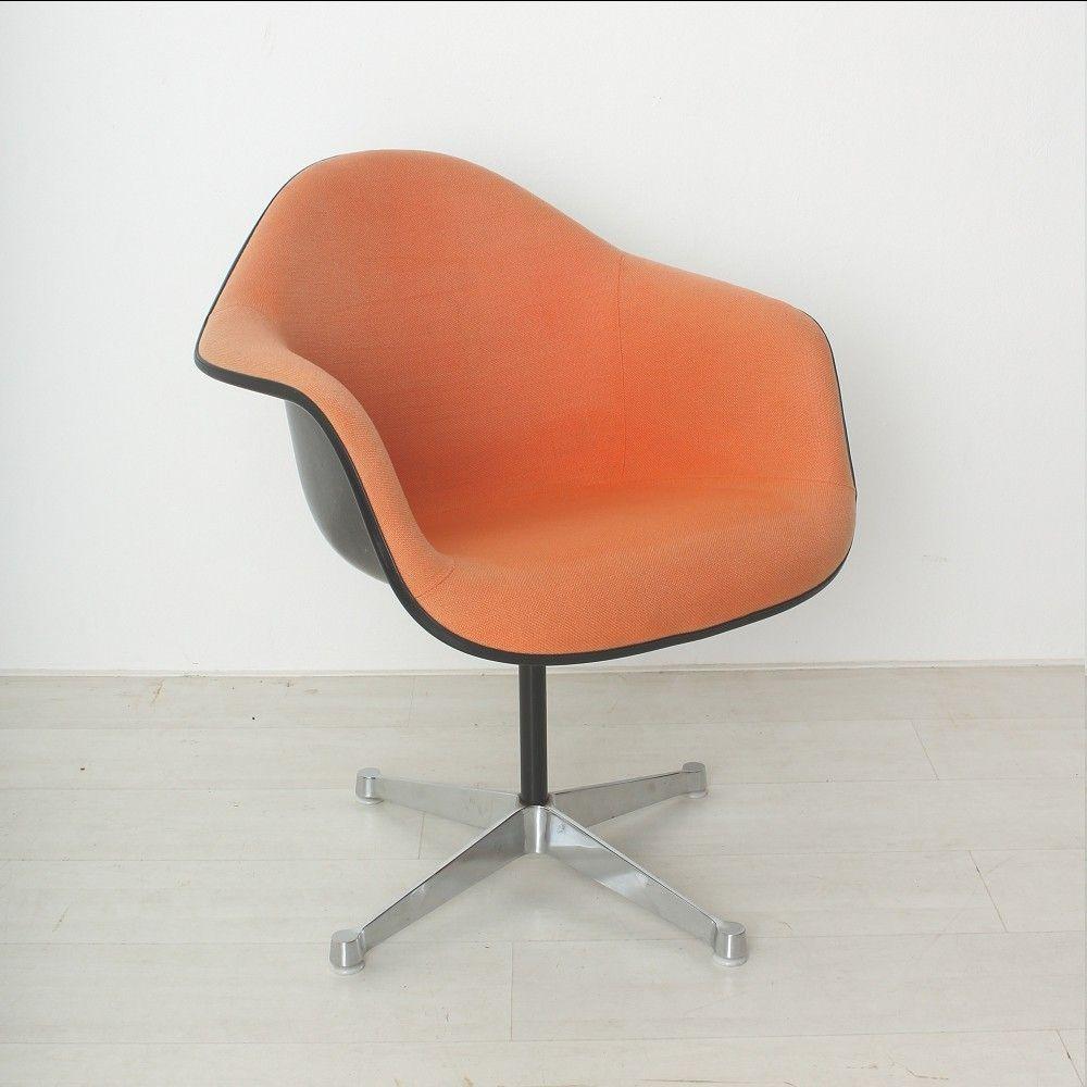 orange roter vintage sessel von charles ray eames f r. Black Bedroom Furniture Sets. Home Design Ideas