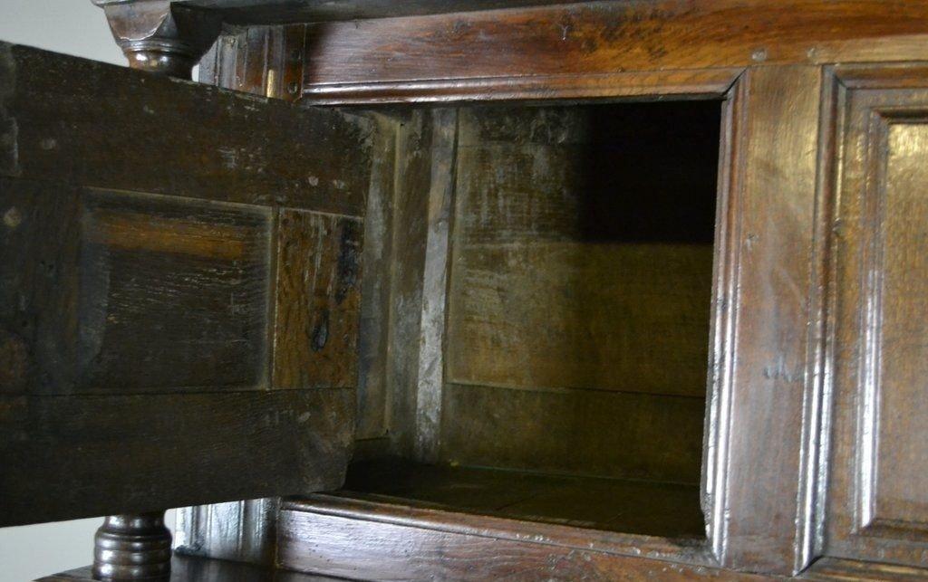 Antiker Rustikaler Schrank aus Eiche bei Pamono kaufen