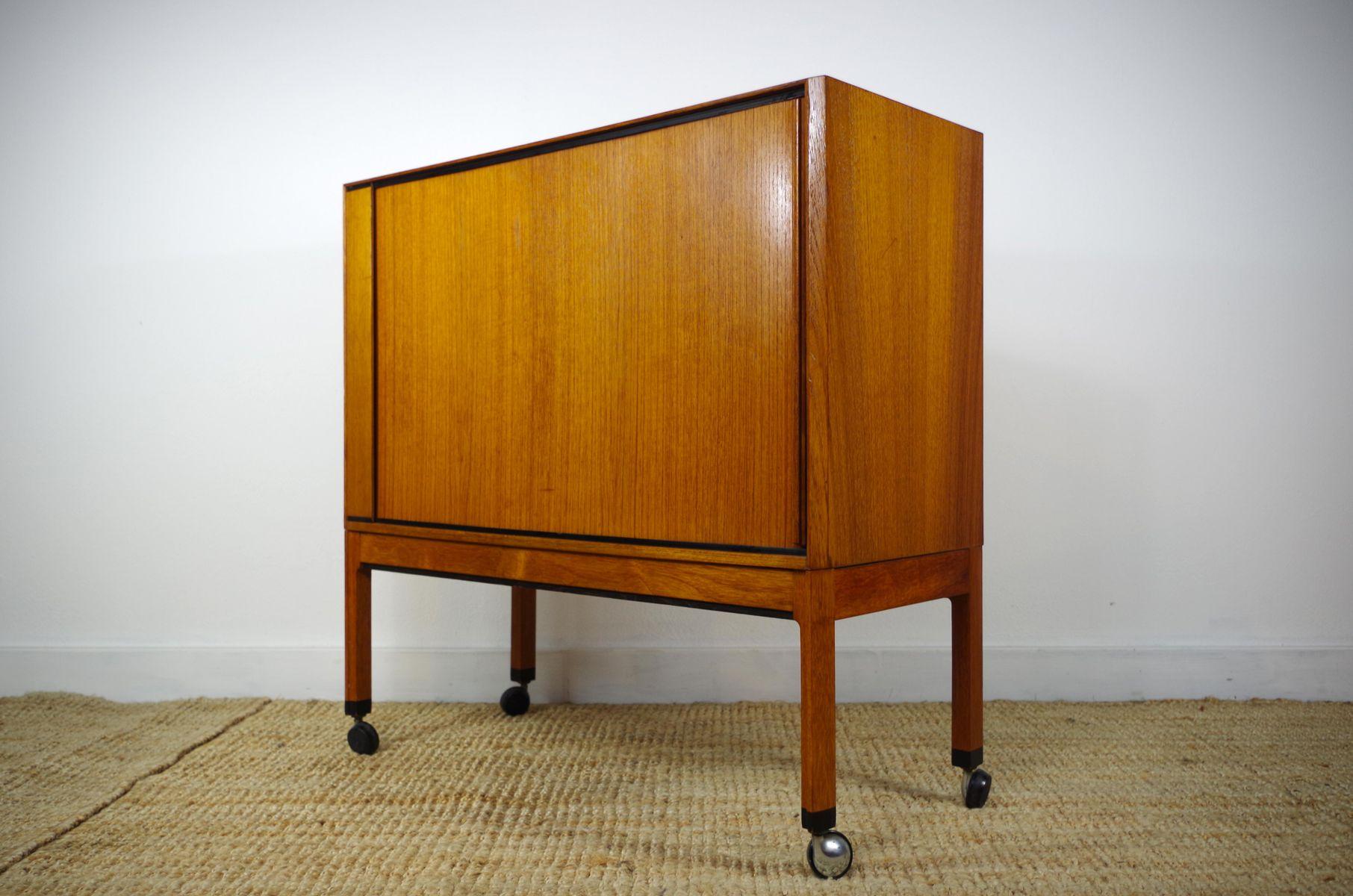 skandinavischer teak schrank mit rollt ren 1960er bei pamono kaufen. Black Bedroom Furniture Sets. Home Design Ideas