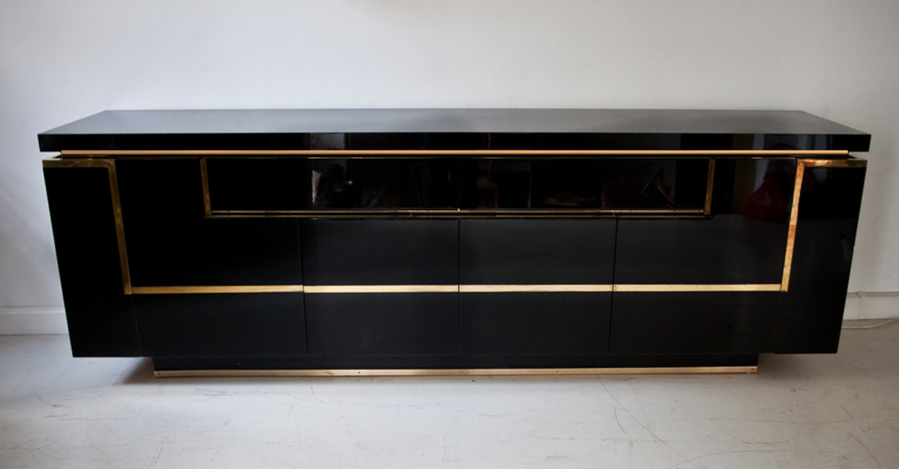 buffet en laiton laqu par jean claude mahey pour roche bobois 1970s en vente sur pamono. Black Bedroom Furniture Sets. Home Design Ideas